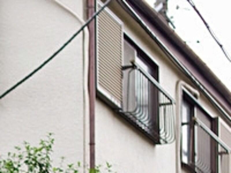 窓は住まいの弱点になりがち。雨戸シャッターは窓の機能をサポートし住まいの性能を上げる役割がある。