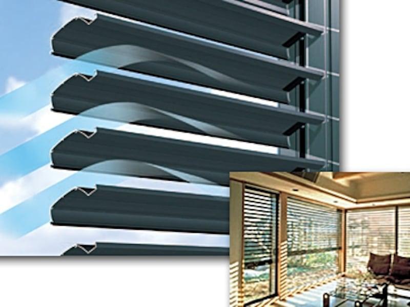 窓を閉めたまま電動でスラットの調整ができる。シャッターを閉めたまま風が通るので目隠しにも便利(スカイトーン2/三和シャッター)