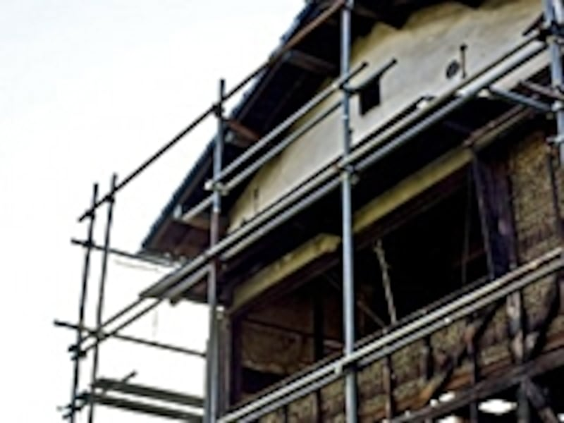 足場とは仮設工事の中の1つで、高所の工事をスムーズに進めるために一時的に設けるもの。