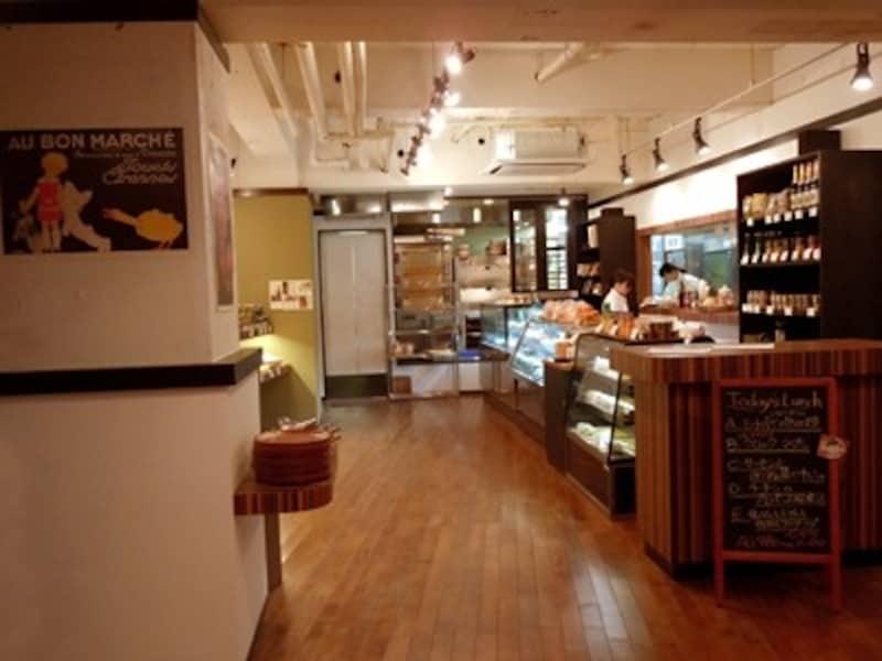 入り口を入って左がパンとお菓子、お惣菜の売り場と厨房