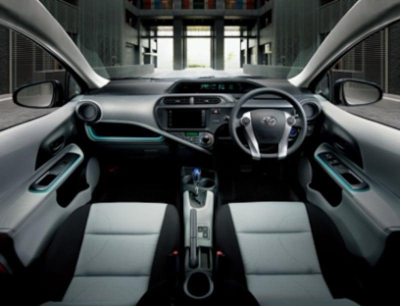 フロントシートは、座面が長く、シートバックを高くしたゆったりサイズ