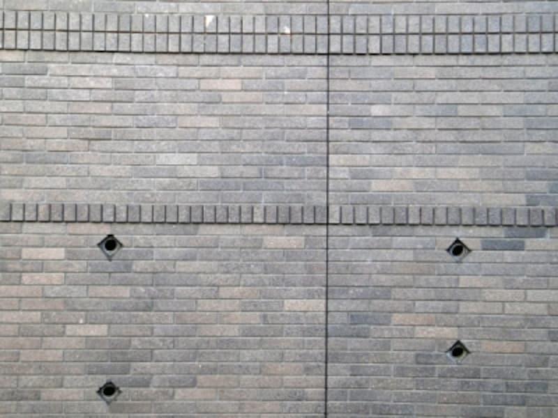 タイル貼りされた擁壁