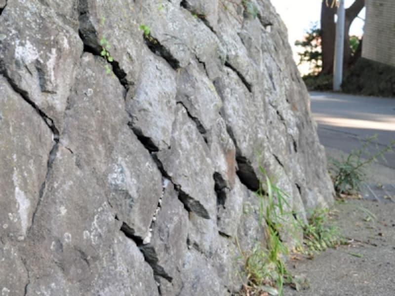 石が浮いている擁壁