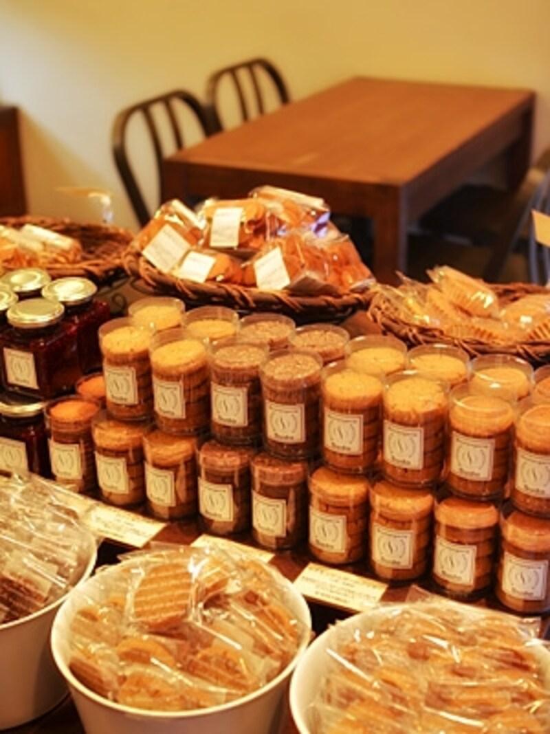 中央のテーブルには焼き菓子やコンフィチュールが並びます。