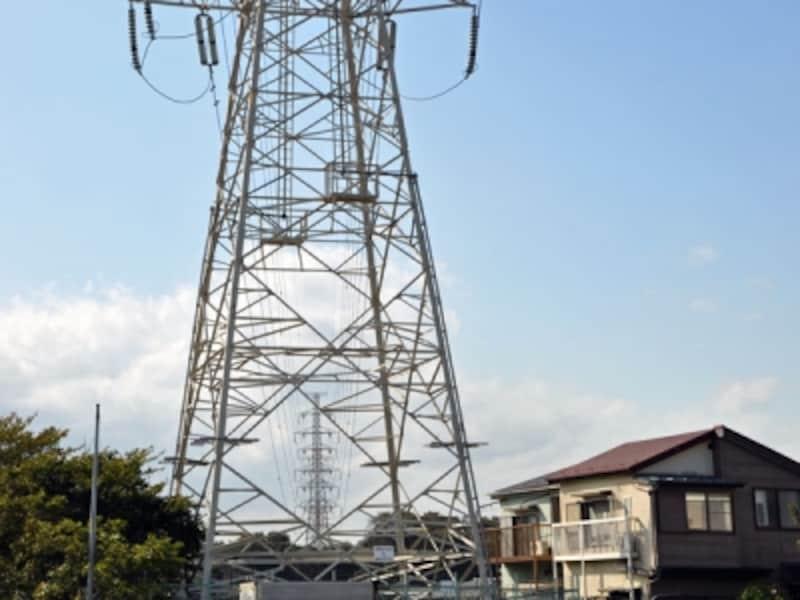 住宅地の中に立つ鉄塔と送電線
