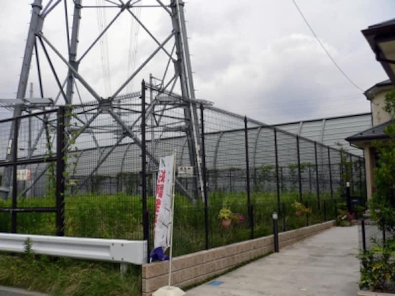鉄塔用地に隣接する住宅