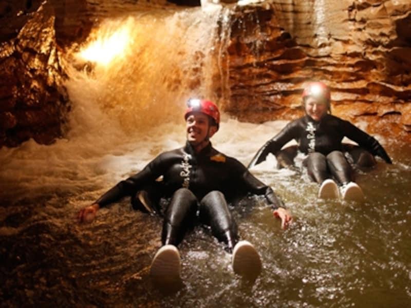 タイヤチューブを浮き輪替わりに洞窟を探検
