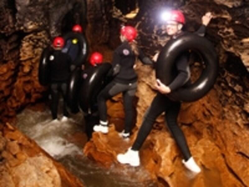洞窟内をヘッドライトを頼りに進む
