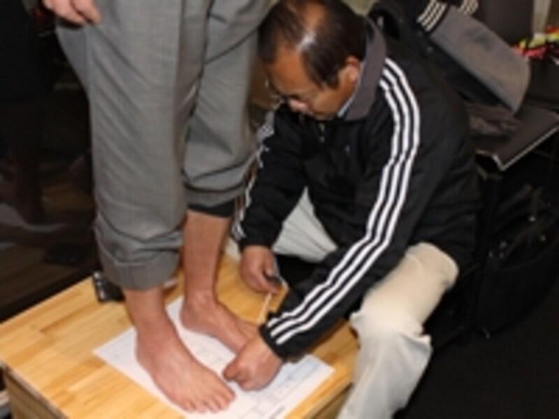 まず足のアウトラインを描く