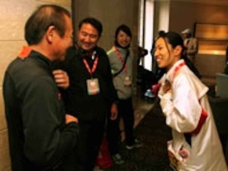 2010年ロンドンマラソンスタート前。小崎まり選手に声をかける三村氏