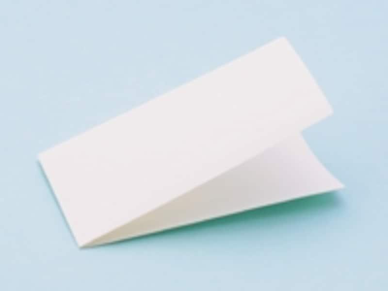 使用前は板状のコンパクト設計。おむつポーチにも収納可能