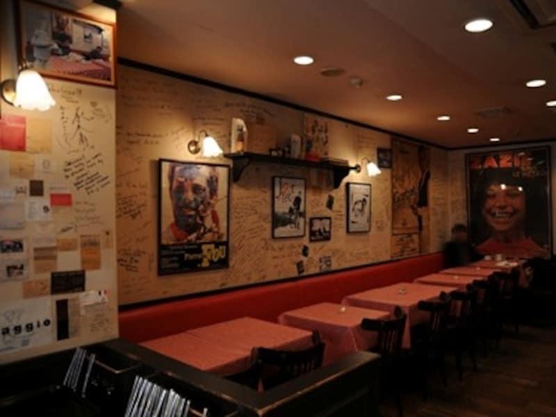 ビストロ風のカフェ。壁一面に映画ポスターやお客さんのサイン。