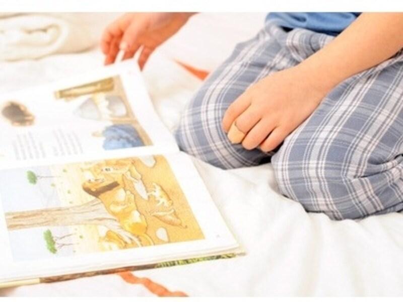 絵本を楽しむ子どもの画像
