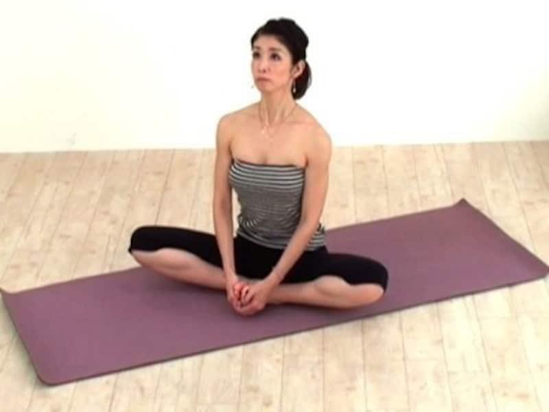 動作6 息を吸いながら背骨を伸ばします