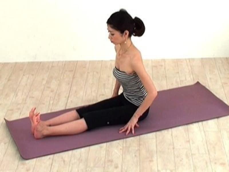 動作1 座骨から頭のてっぺんまで伸ばすイメージで姿勢を整えます