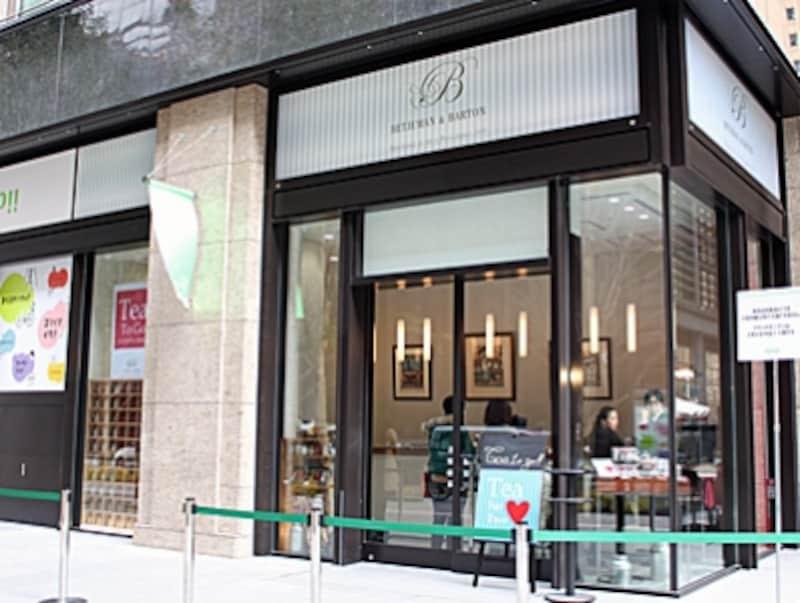 パリの紅茶専門店「ベッジュマン&バートン」undefined店内で試飲もでき、テイクアウト紅茶や焼き菓子なども販売