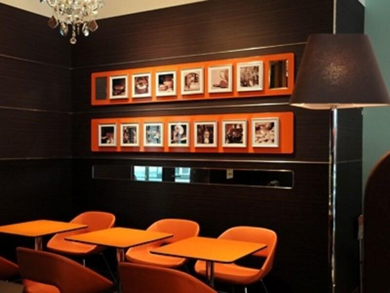 シンプルモダンなカフェスペース