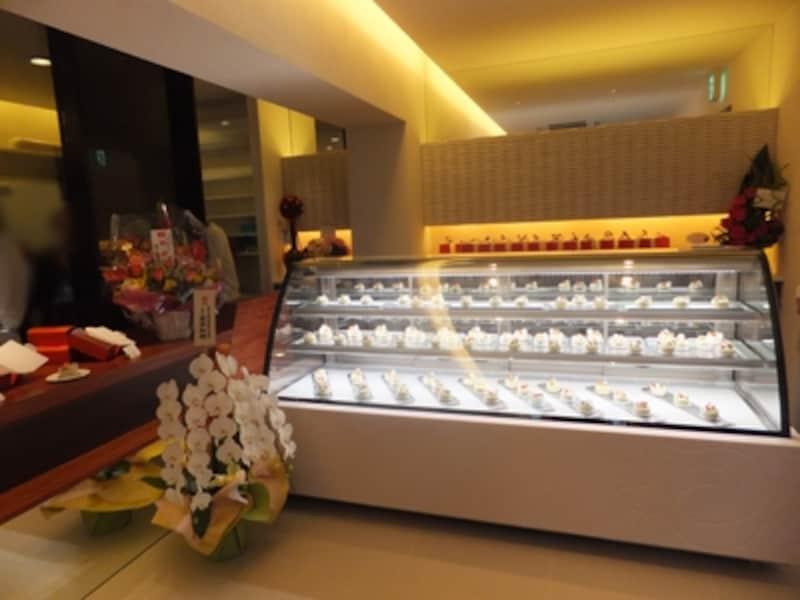 店内と厨房はガラスで仕切られ、お店の中から厨房が眺められる設えです。