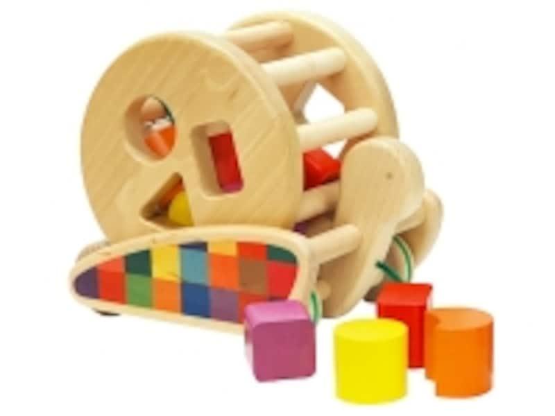 ボーネルンドのおもちゃ出産祝いランキング第10位「カラフルプルトーイ」は、かたちを合わせたり転がしたり引っ張ったりと、遊び方はいろいろ!