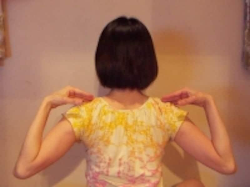 肩甲骨の動きに意識を向けながら肘を回すように動かしてみましょう。