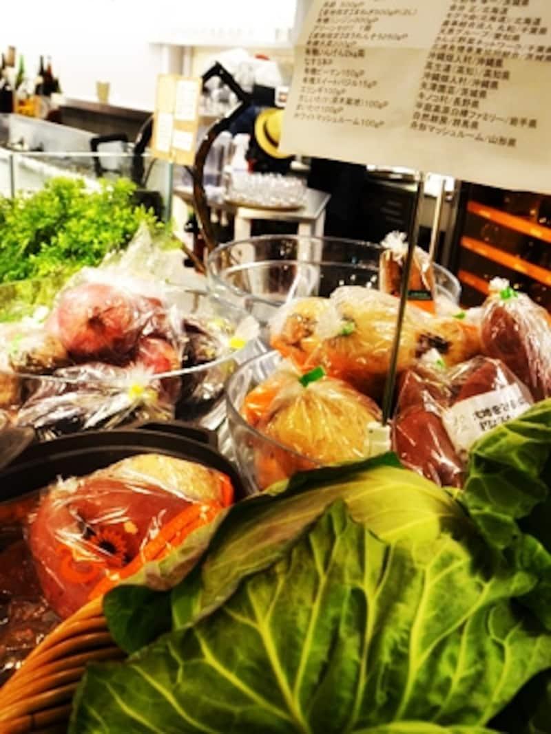 カウンターに並んだ野菜には産地が明記されていました。
