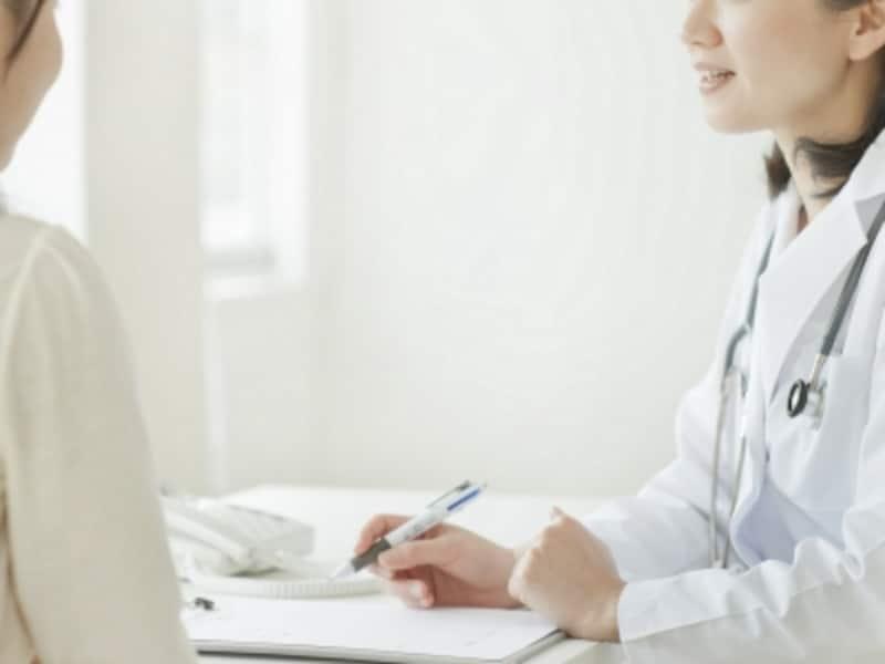 女性を診察する医師