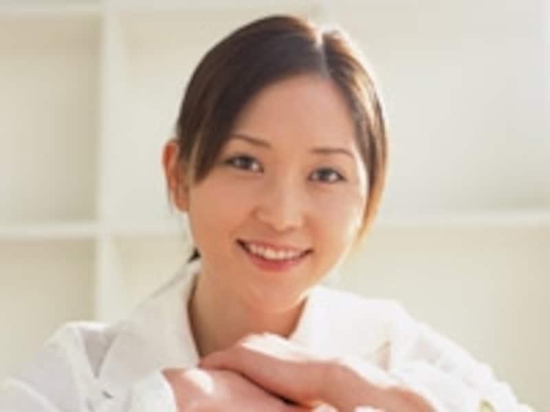 困った笑顔の女性