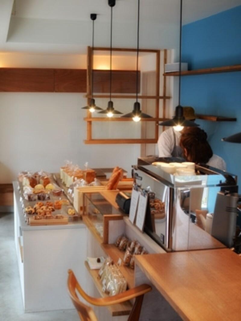 パンが並んでいる台の手前と奥に、それぞれセンスの良い小さなカフェスペースがあります。