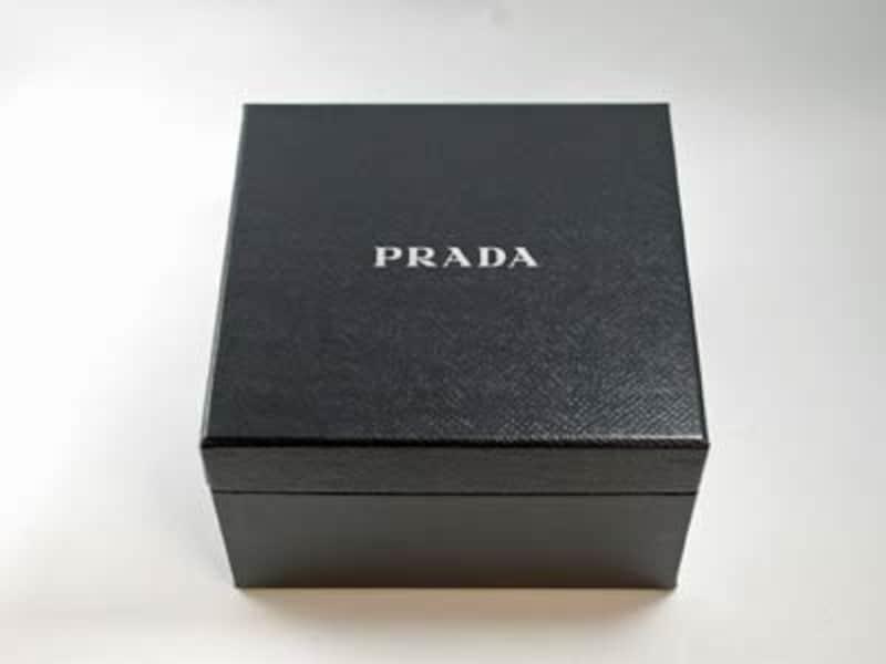 「PRADAphoneL-02D」はオリジナルのボックスに収められています。