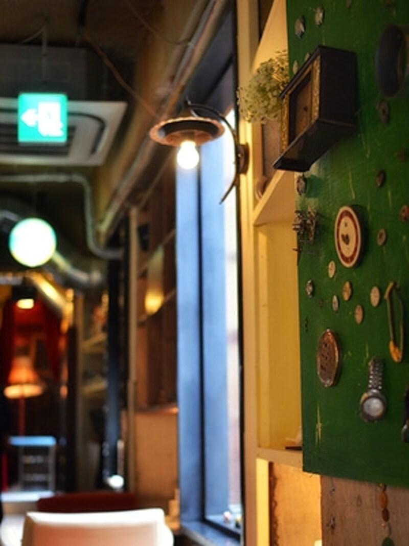 古い時計の部品がディスプレイされた「時計職人」のコーナー。奥に「芝居小屋」があります。