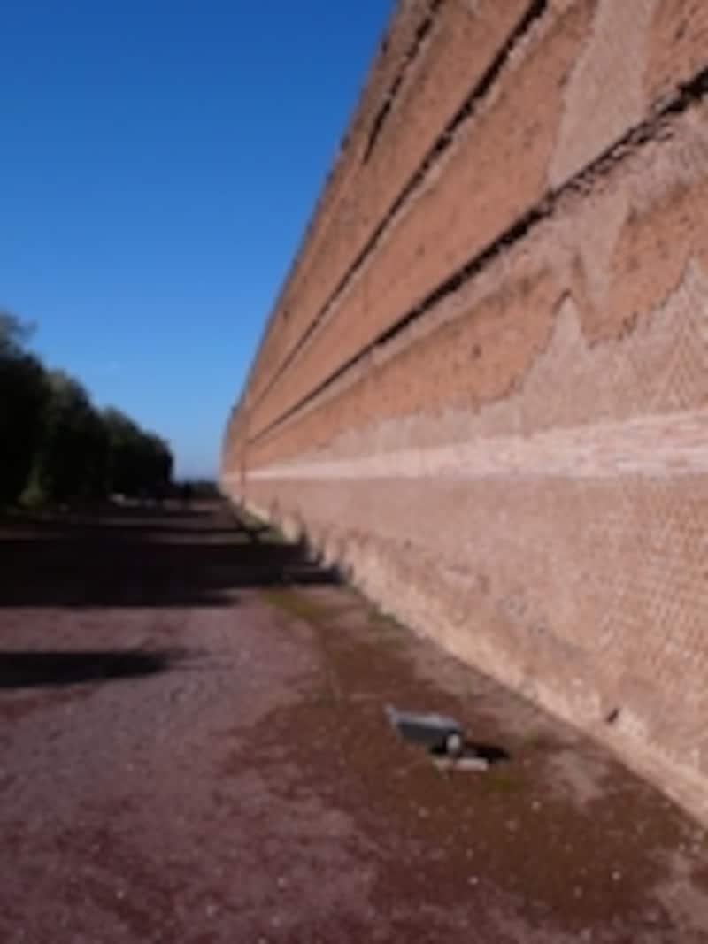 ポイキレを囲む土壁
