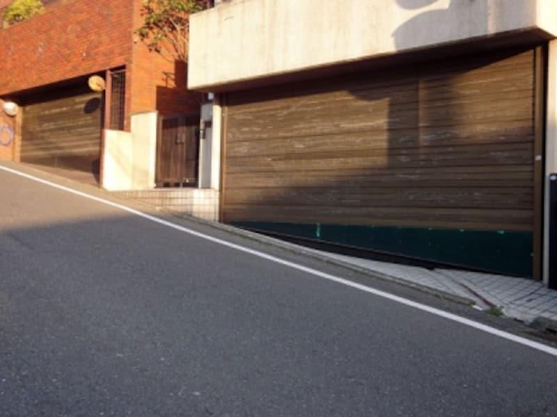 坂道の途中に造られた車庫