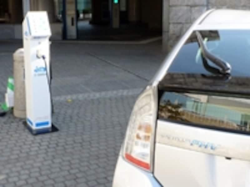 充電スタンド以外でも、自宅にPHV専用コンセント等を準備すれば、専用の充電ケーブルで充電できる