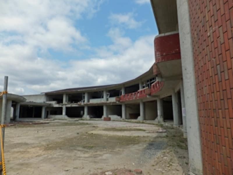 石巻市立大川小学校。がれきは片づけられRC造の校舎が残っていた。