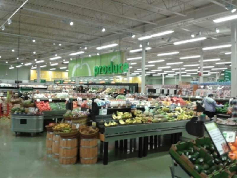 大きな店舗の中を、大きなカートで買い物するのがカナダ流