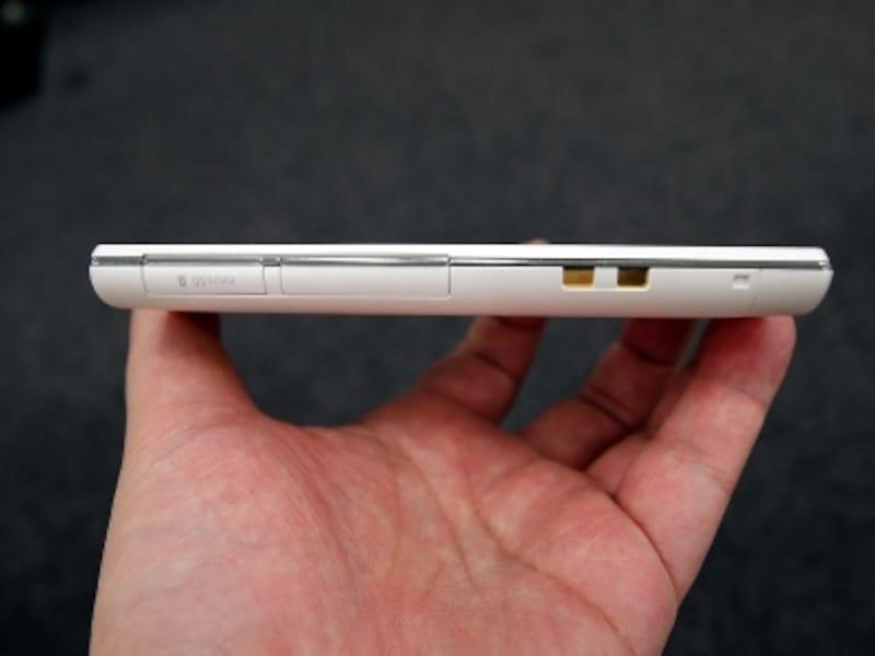 microSDスロット、SIMスロット、クレードルの充電端子を備える
