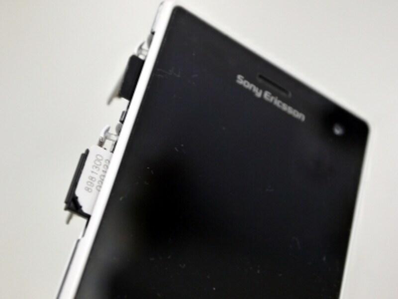 裏蓋を外さずに、microSDやSIMを抜き差しできる