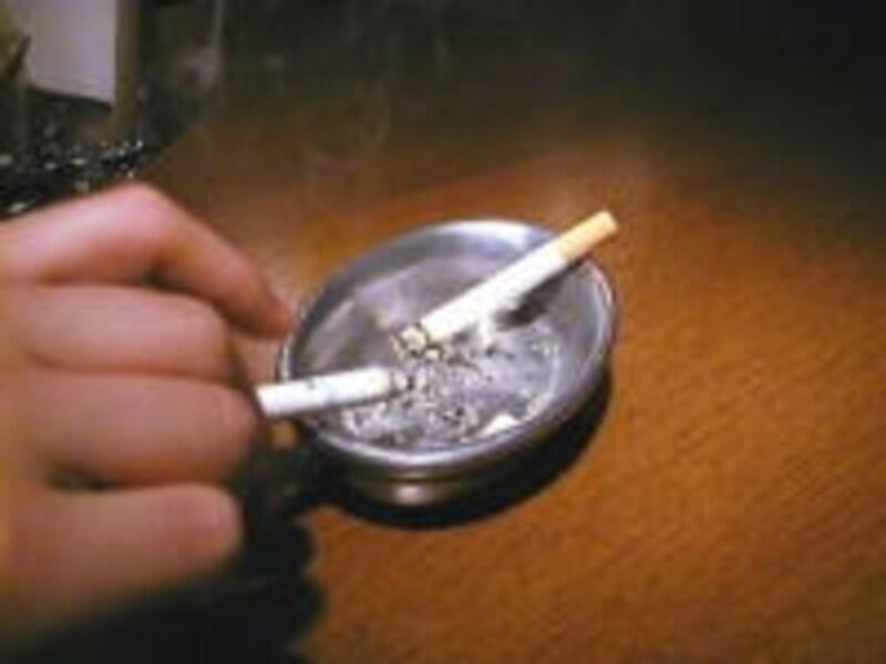 吸わない人からするとタバコの匂いは頭痛の原因にもなりかねません