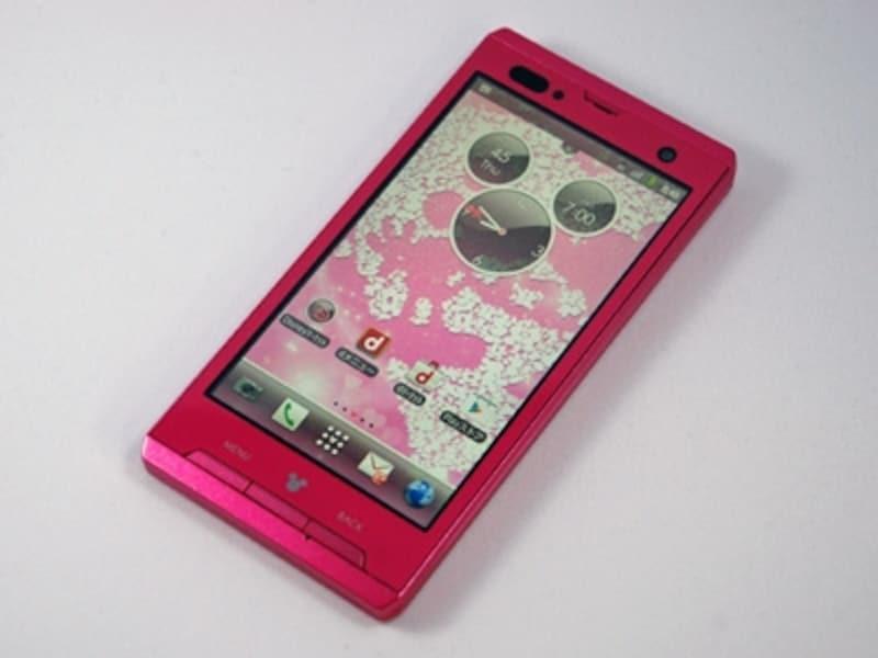 カラーはピンクと白の2種類。ピンクはややグロスの効いたローズピンクといった色合いです。