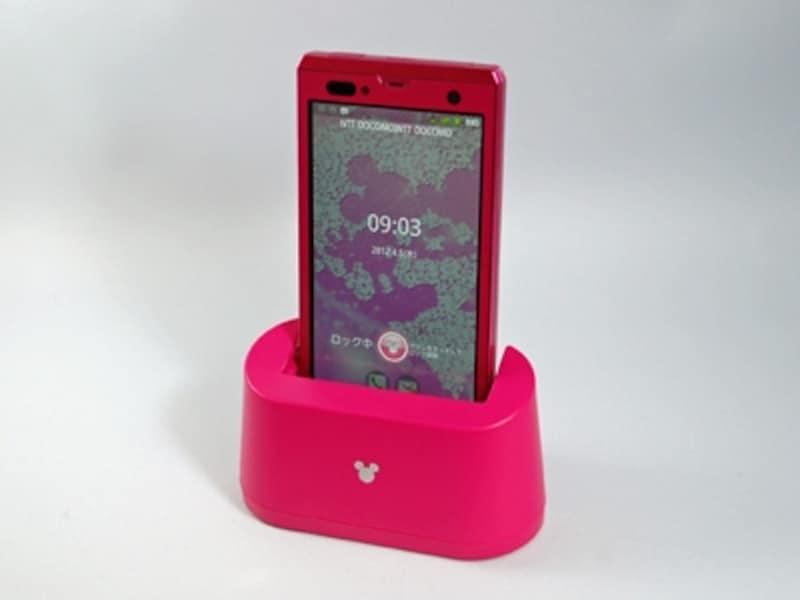 スマートフォンとおそろいのカラーの付属の充電スタンドにも、ミッキーマークが付いています。