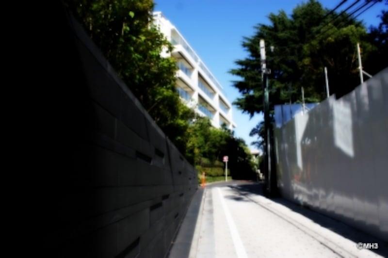 白い建物は「パークマンション南麻布」。右が「プラウド南麻布」現地。<2010年10月撮影>