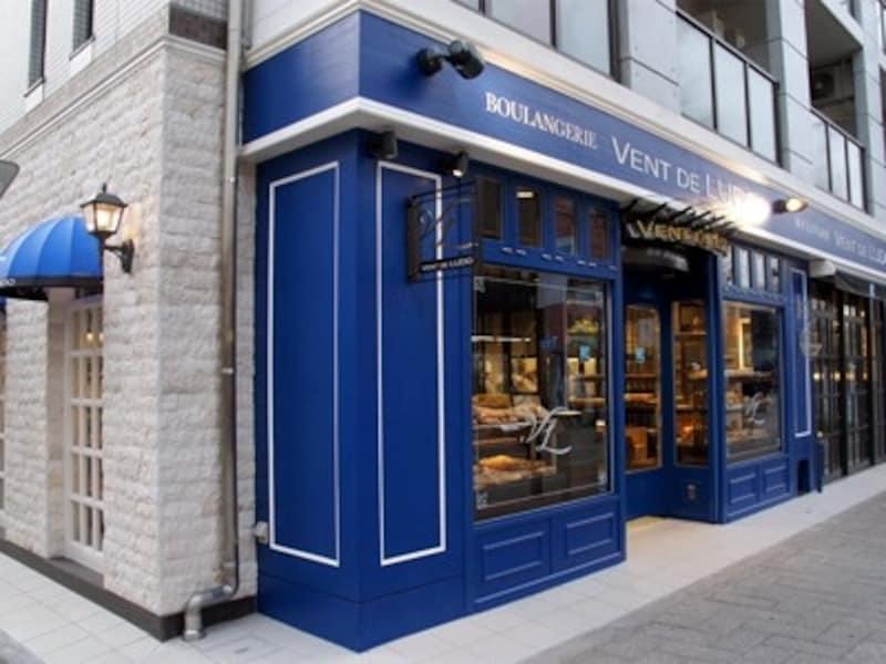 青を基調とした店舗