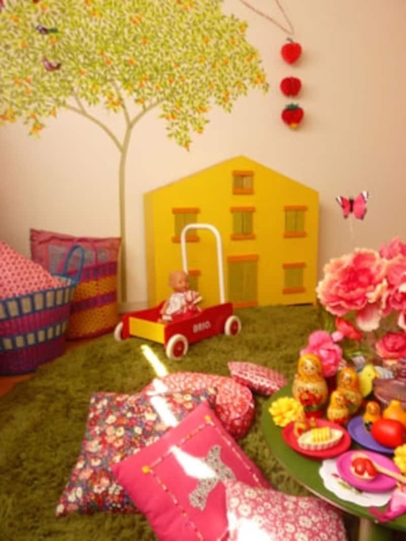 マスキングテープで彩られた壁、DIYした家型のテレビカバーなど絵本から飛び出たような子供部屋