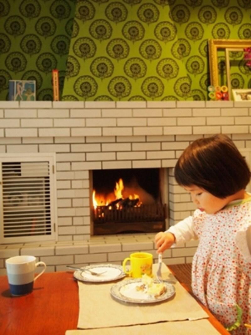 リビングの片隅には、なんと暖炉が!