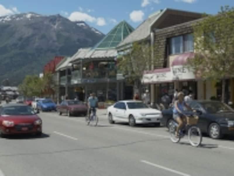 レンタル自転車に乗る観光客は実際にはヘルメット未装着の人がほとんど。安全面を考えれば、装着が望ましいことはいうまでもありません。(C)TravelAlberta