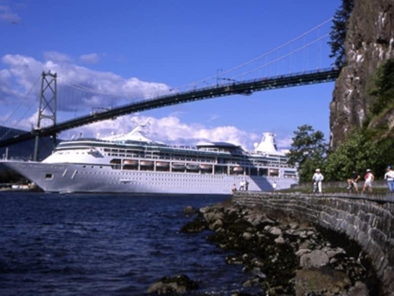 スタンレー公園外周路シーウォールでは、大きな吊り橋ライオンズゲートブリッジの下を通ります。タイミングがあえば、こんな豪華客船が見られるかも!(C)TourismBC