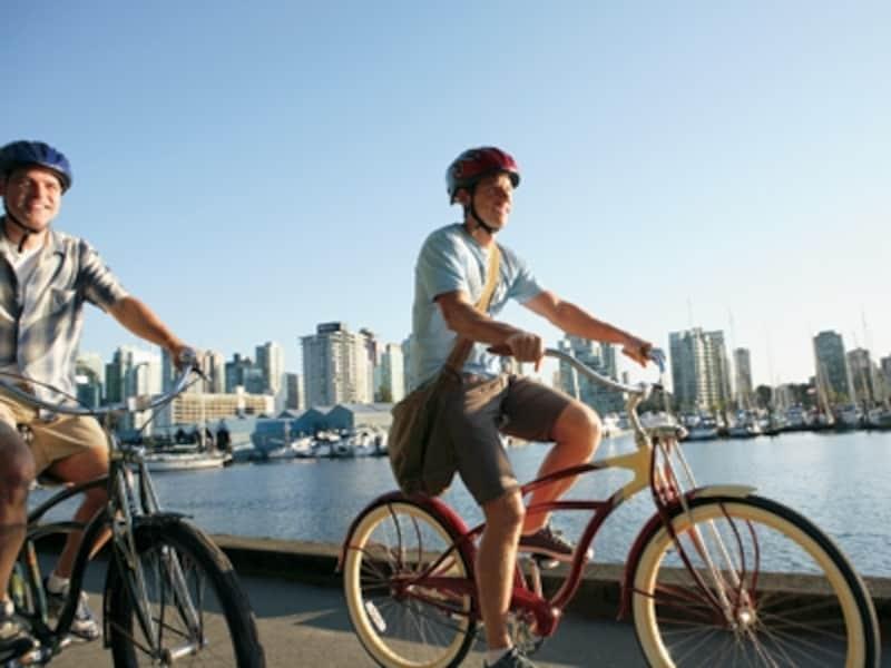 移動時間も節約でき、適度な運動にもなる自転車は、都会でもリゾートでも大活躍!(C)CanadianTourismCommission