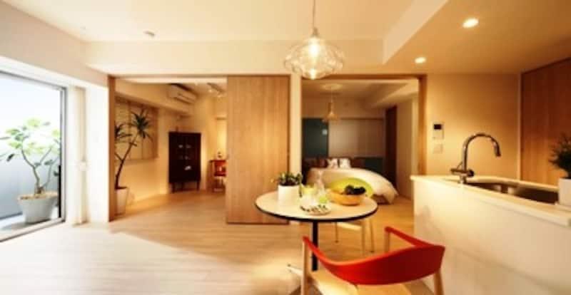 「ベーシックプラン」リビング・ダイニング・キッチンundefined※モデルルームを撮影(2012年4月)したもので、照明・仕様等は実際とは異なる場合があります。また、家具・調度品・オプション等は価格に含まれません
