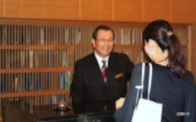 フロントに立つ上林弘光さん