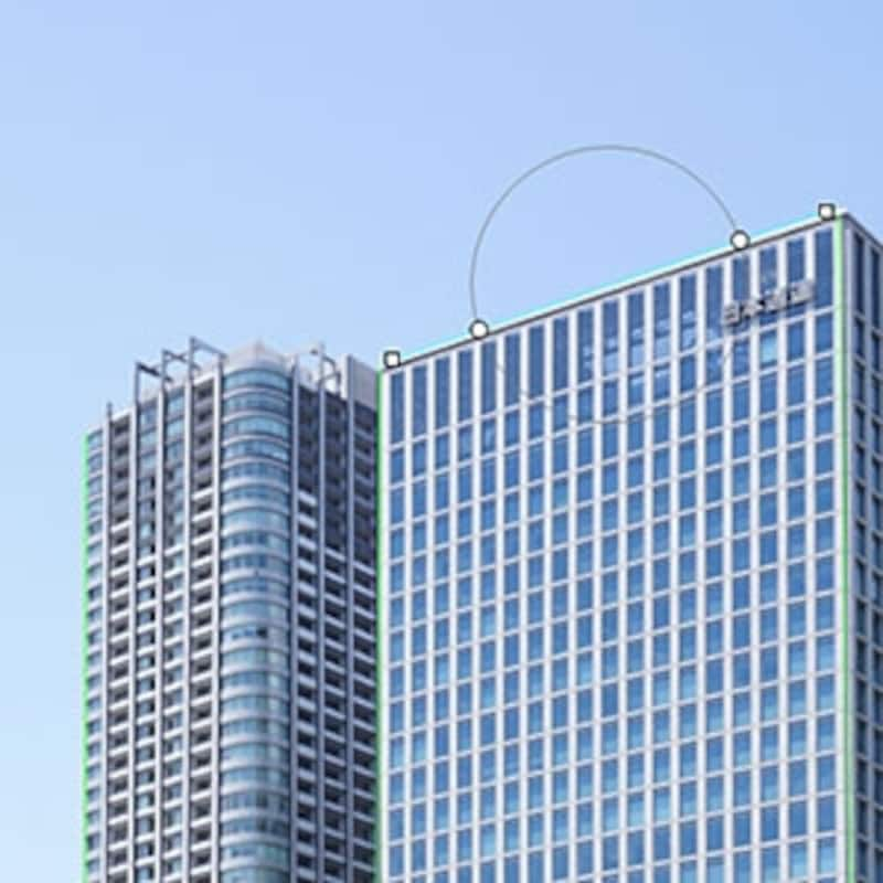 建物上部の湾曲している輪郭に直線を引くと、次の瞬間にはまっすぐになっている。